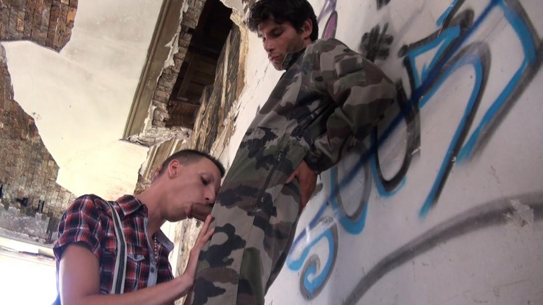 La grosse queue du'n militaire défonc un gay