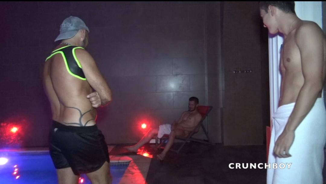 Le barman du sauna Les THERMES Marseille baisé en public
