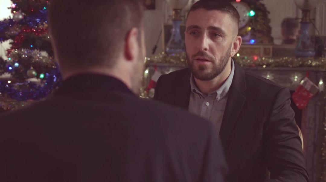 Deux lutins gays pour la mère Noël