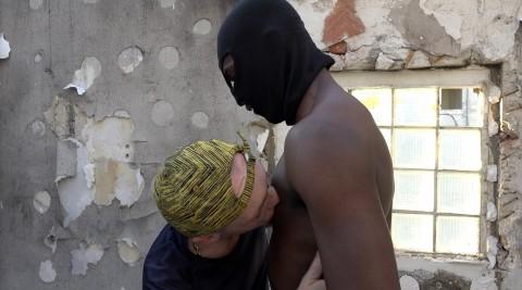 Un gay passif lèche les tétons d'un black gay de cité