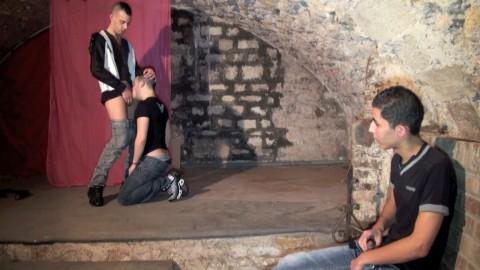 Un rebeu hétéro assiste à un tournage porno gay...