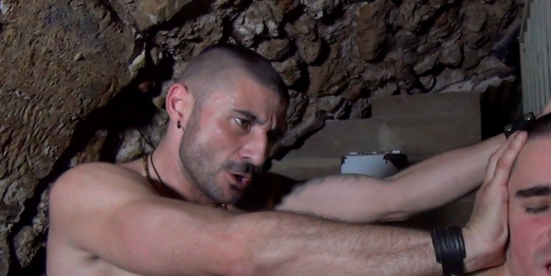 Un gitan défonce une lope vide-couilles dans une cave sordide