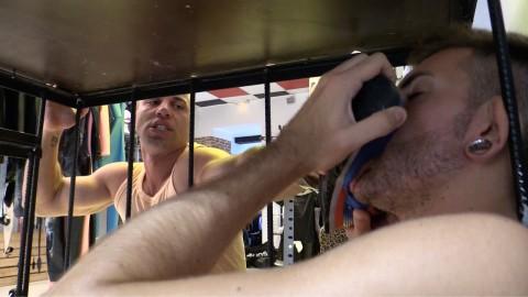 Bâtard gay en cage