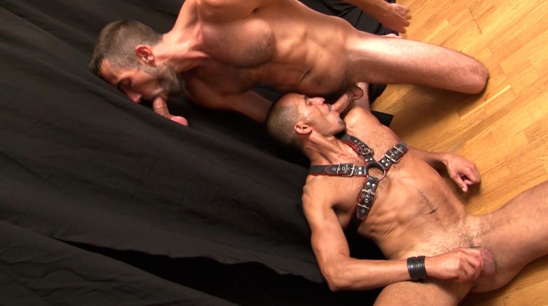 Un bel homme arabe suce des bites et se fait baiser dans le cul