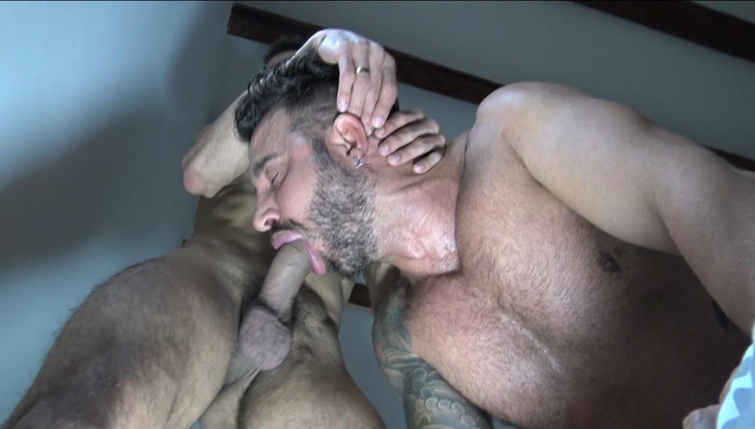 TIAGO jeune brésilien qui aime doser les culs de daddy