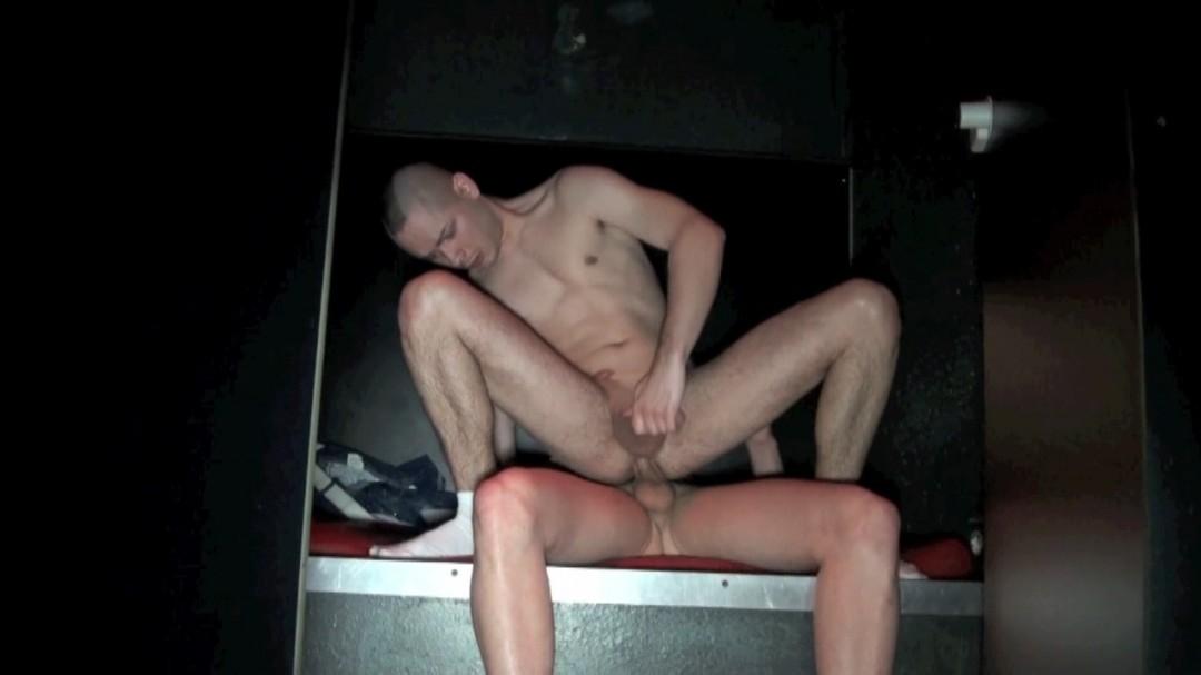 Jeune lope défoncée au sex club LE TROU de LYON