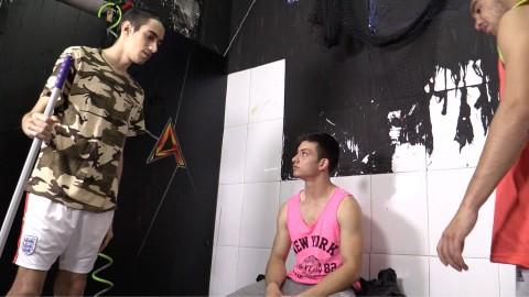 Jeune homme de ménage transformé en esclave