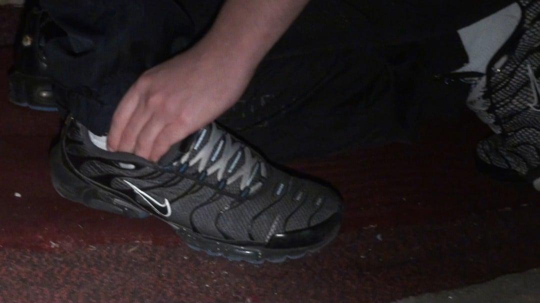 sniffare le scarpe da ginnastica del giovane capo
