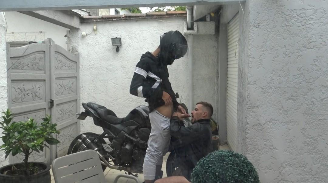 jeune mec se faire niquer par un motard