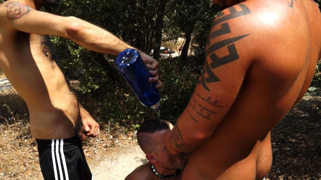 Deux actifs gays domis et sauvages pour te souiller dans la forêt