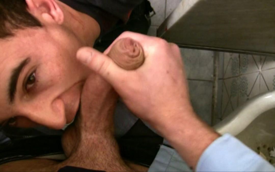 Premiers plaisirs dans les toilettes publics pour un jeune étudiant