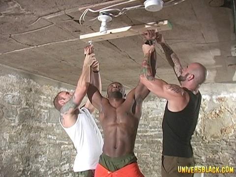 prisonnier black soumis a deux males virils-3