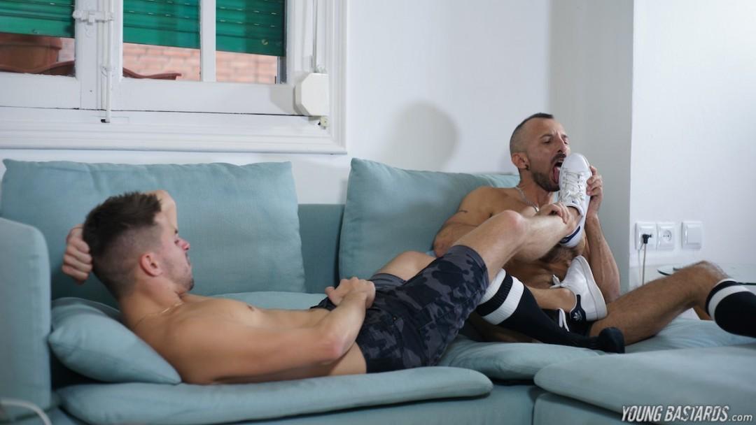 Gay foot worshiper gets a young XL cock