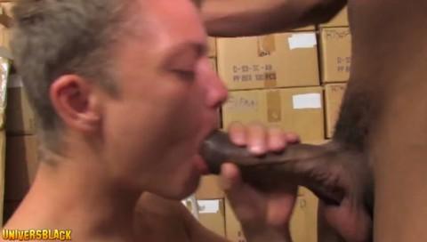 Un jeune minet blanc magistralement niqué par une énoooorme bite black