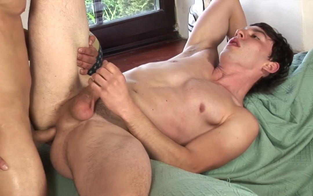 Muscle Hunk Fucks Young Bubble Butt Bareback