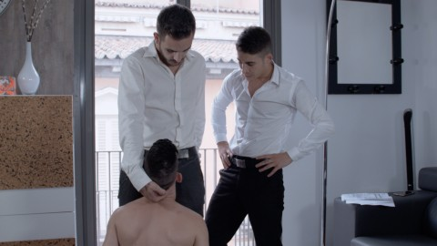 2 jeunes patrons et leur assistant transformé en esclave
