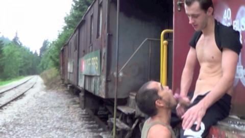 Jak ILLANE baise un beau brésilien dans un wagon désaffecté