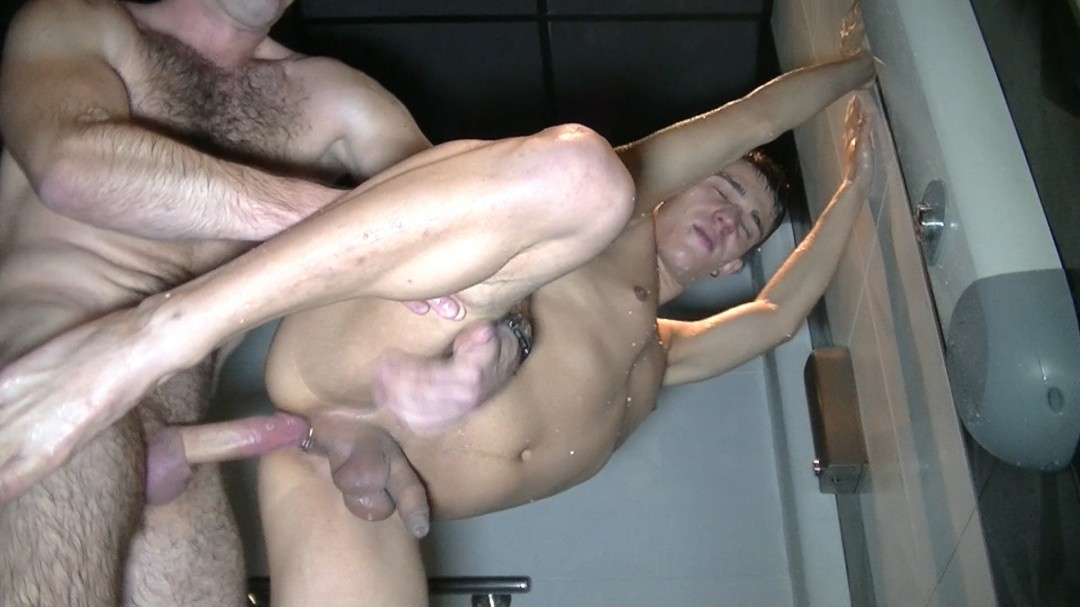 Brandon se fait défoncer sous les douches du sauna thiers