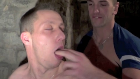 Cul de minet gay défoncé au sous-sol