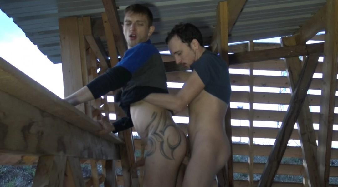 Deux jeunes lascars baisent bareback en extérieur