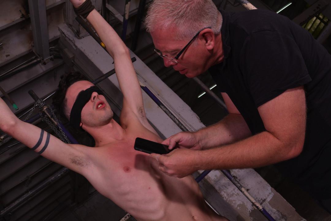 Giovane stallone gay addestramento schiavo