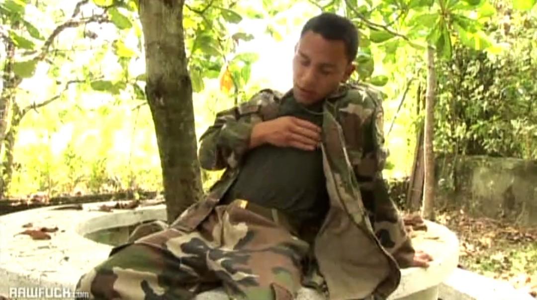 Voyeur dell'esercito cattura un giovane calciatore privato