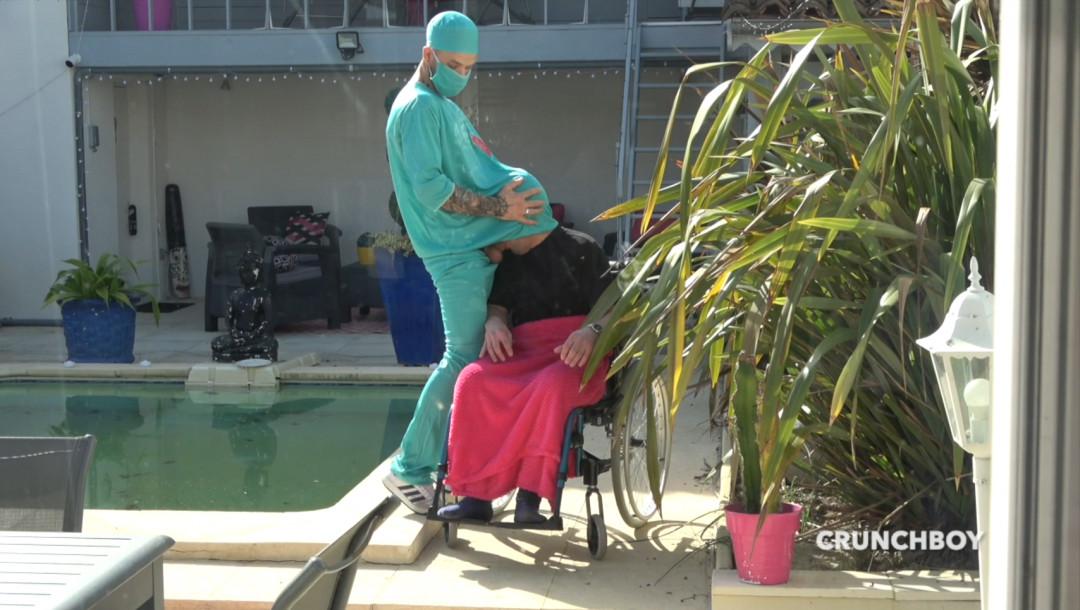 Kevin DAVID dose un jeune handycapé super sexy en fauteuil roulant
