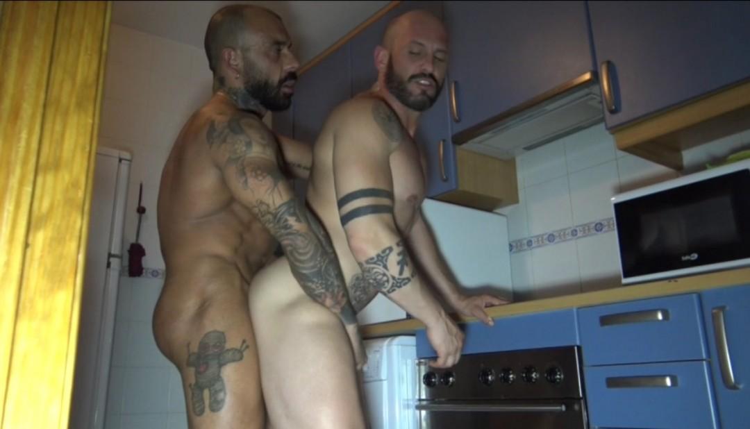 MAx DURAN baisé bareback dans la cuisine par un DADDY