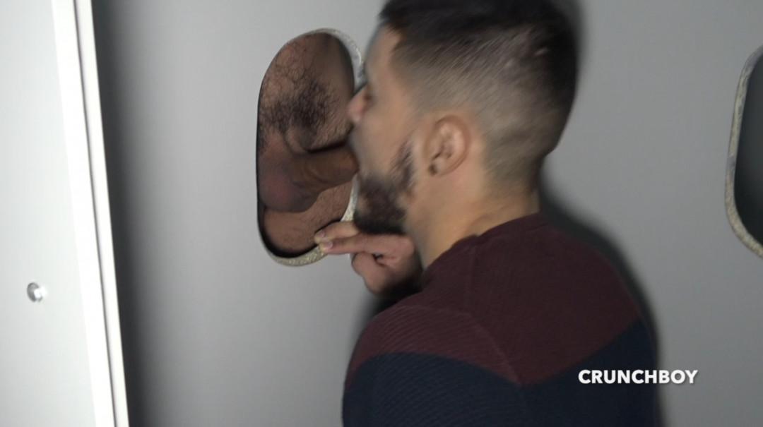 Valentino SISTO suce un bogoss barbu aux Glory holes du Boyberry