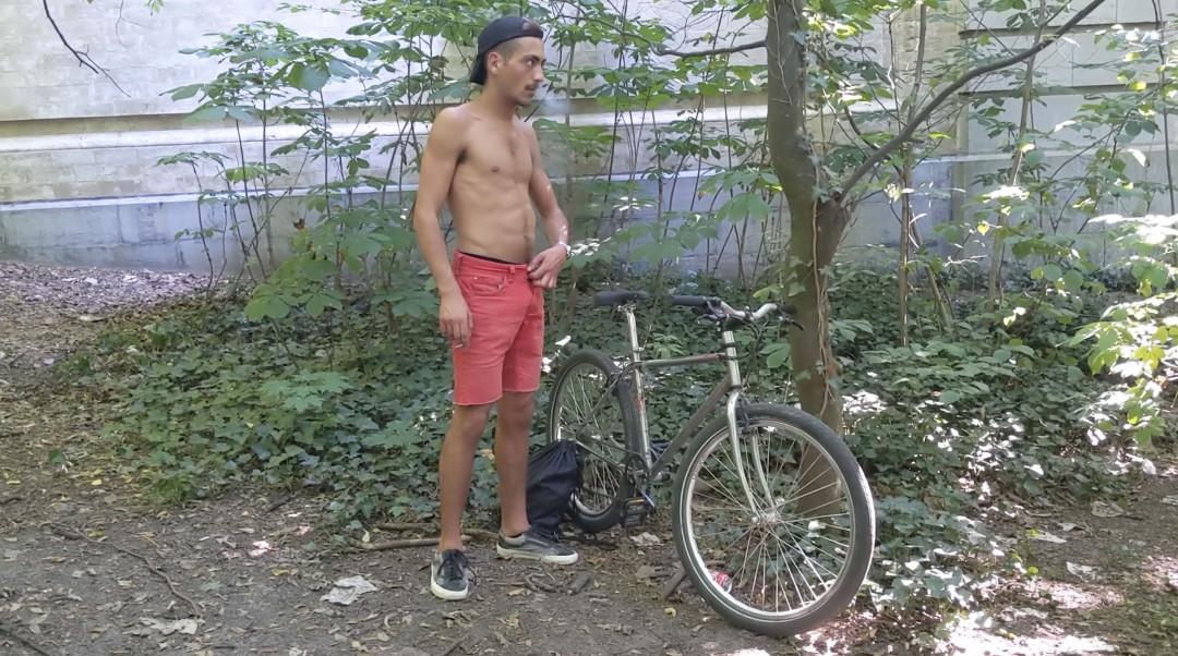 A bicyclette, Théo se tape une branlette