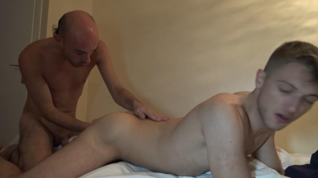 La 1ere sextape porno gay de AGOST, baisé par Roman TIK