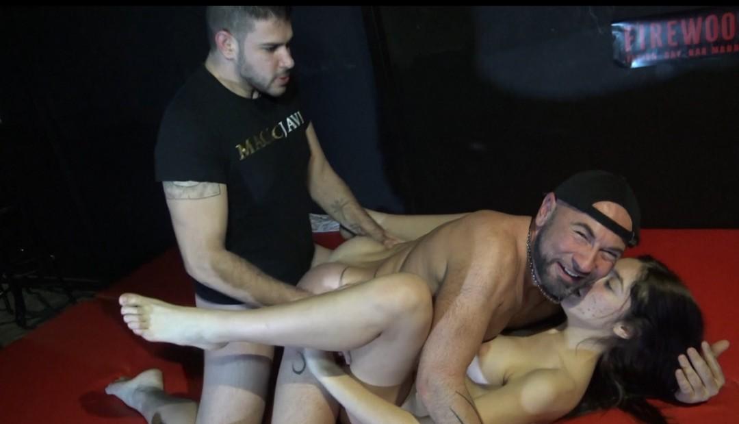 Hetero baise un gay avec sa meuf au FireWood Madrid