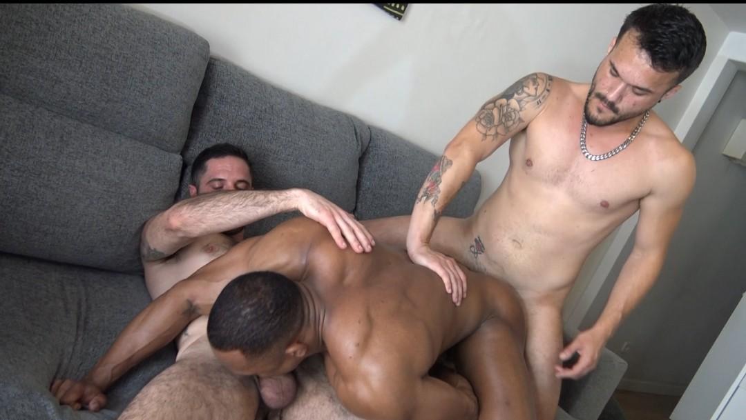 beau black remplit par deux mecs virils poilus et muscles