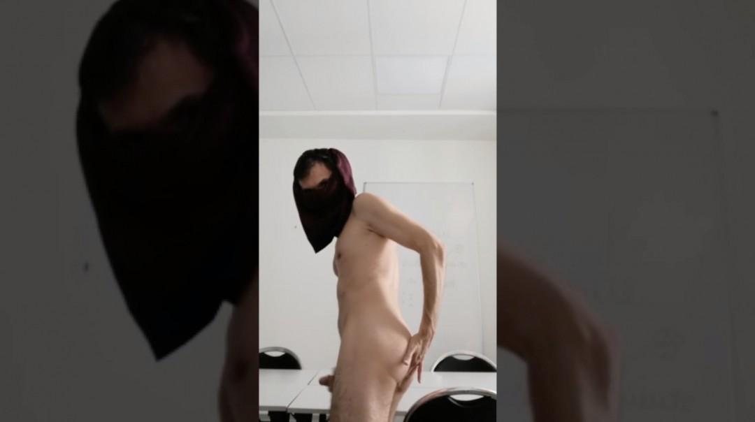 Un prof se branle dans la classe vide de ses étudiants