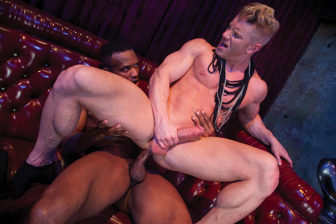 Sodomisé en plein bar