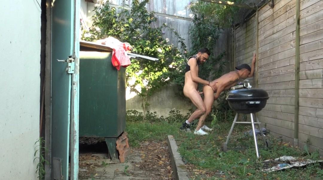 Exhib de ouf, deux mecs se baisent au bord d'une rue ou les gens passent à Bordeaux