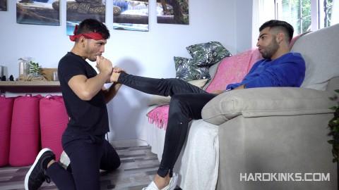 Un esclave gay à genoux doit lécher les pieds des maîtres, vidéo Hard Kink