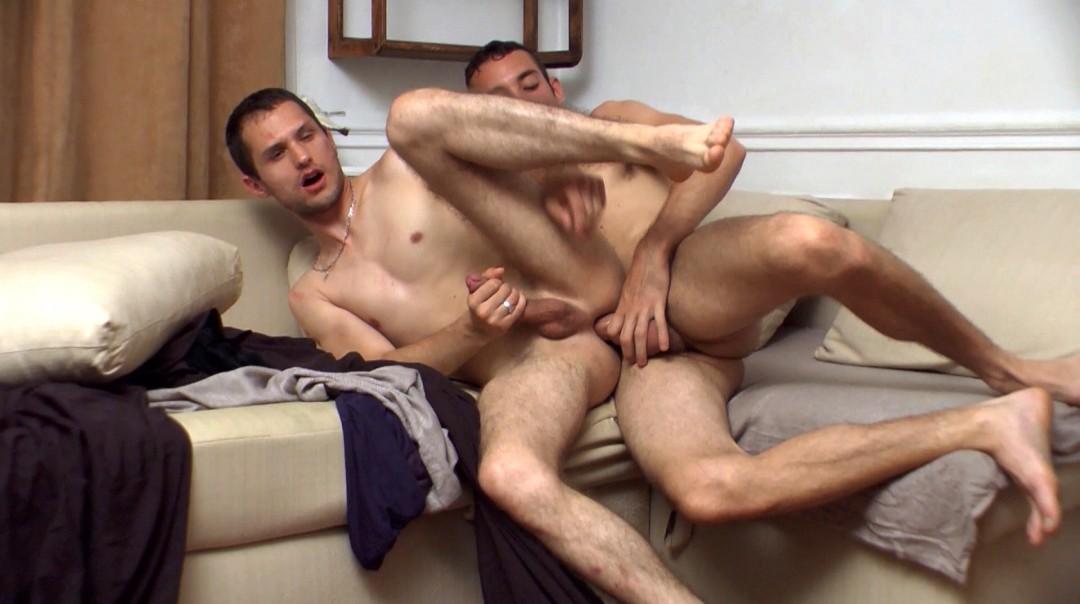 La soirée canapé finit en pétage de cul gay XXL